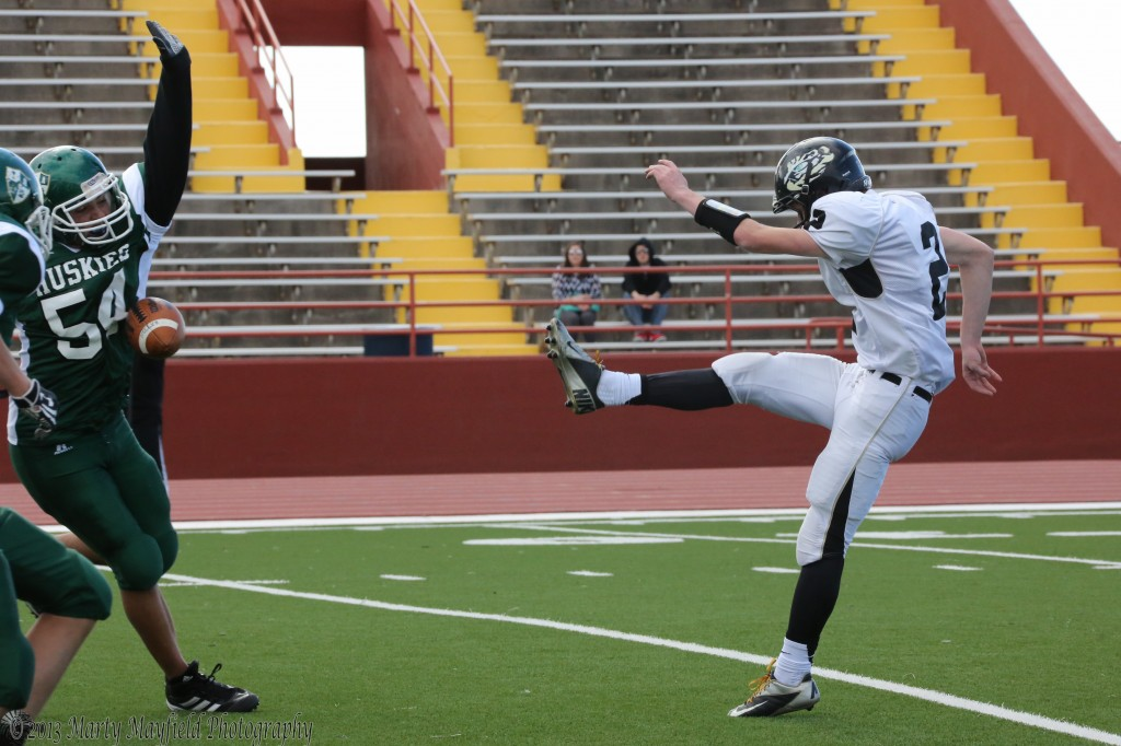 A blocked punt gave the Huskies the ball on the Raton 10 yard line Saturday afternoon during the state tourney game in Albuquerque