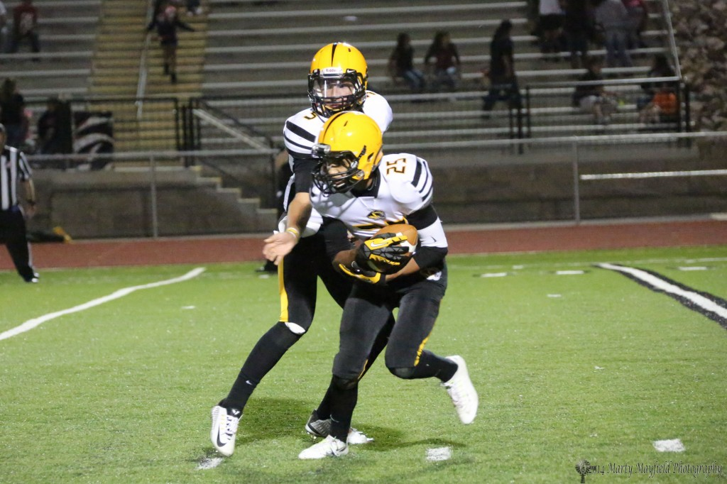Jonathan Cabrieles takes the hand off and moves left Friday night in La Junta