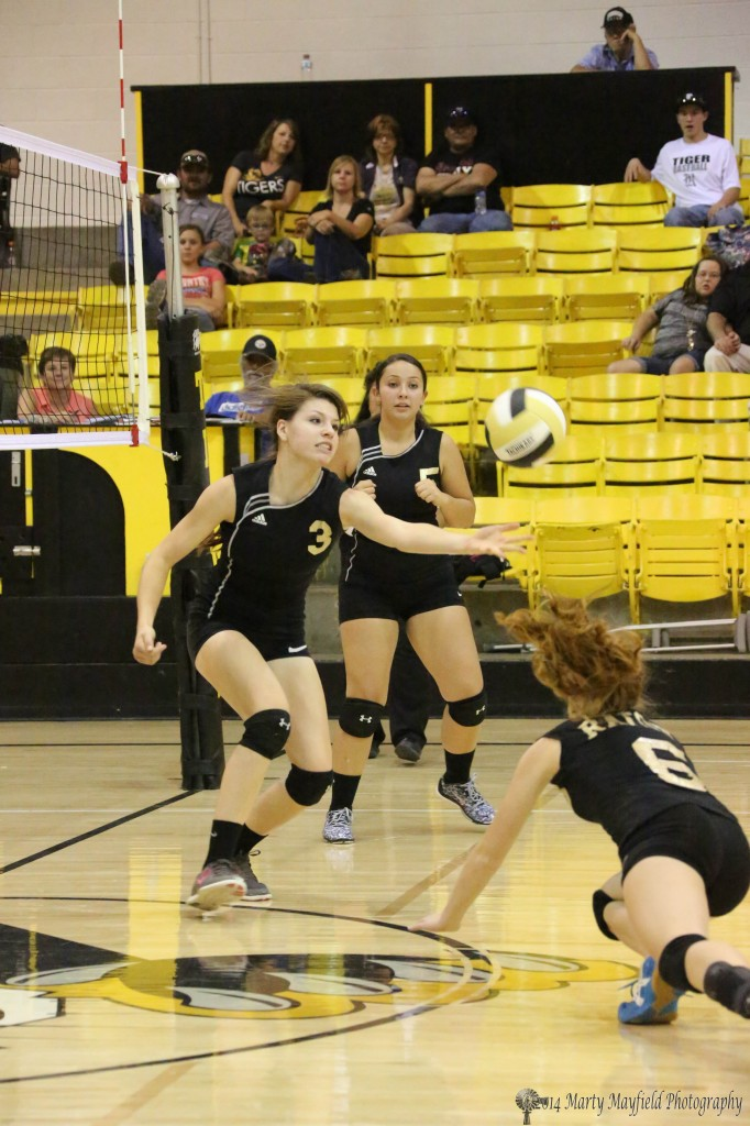 Kristina Jansen reaches out to keep the ball in play as Alicia Pais goes to the floor to keep the ball in play