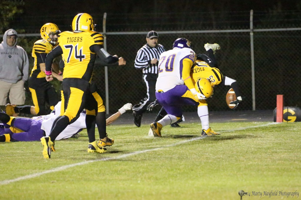 Jonathan Cabrieles (25) with the help of Saul Moriel (20) scores a Raton TD